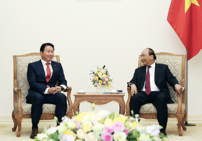 SK Group Chairman Chey Tae-won (L) speaks with Nguyen Xuan Phuc, the prime minister of Vietnam, in Hanoi on Nov. 8, 2018. (image: SK Group)