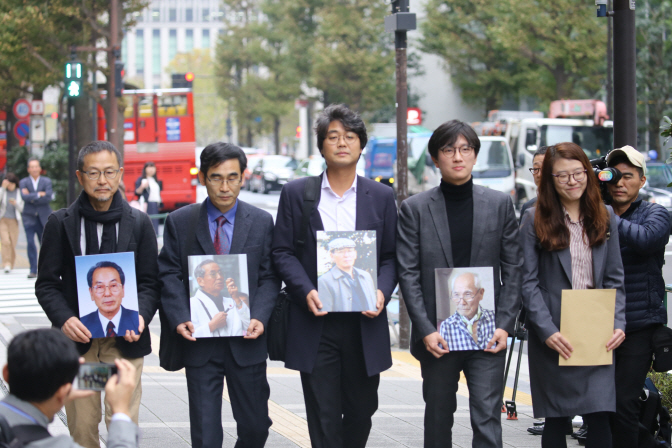 Lawyers representing forced labor victims who won a case at Korea's Supreme Court for their past misery paid a visit to the head office of Nippon Steel & Sumitomo Metal Corp. on Nov. 12, 2018. (Yonhap)