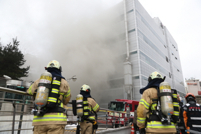 Firefighters work to put out a fire at KT Corp.'s building in the Ahyeon district, central Seoul, on Nov. 24, 2018. (Yonhap