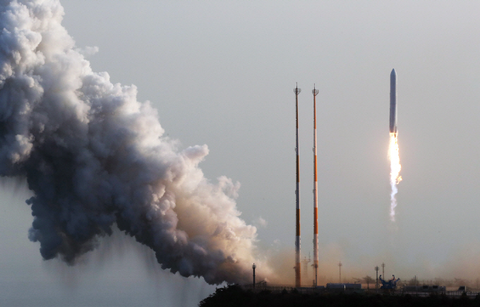 South Korea's single-stage 75-ton rocket lifts off from the Naro Space Center in Goheung, South Jeolla Province, at around 4:00 p.m. on Nov. 28, 2018. (Yonhap)