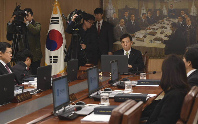 Bank of Korea Gov. Lee Ju-yeol (C) chairs a meeting of the monetary policy board in Seoul on Nov. 30, 2018. (Yonhap)