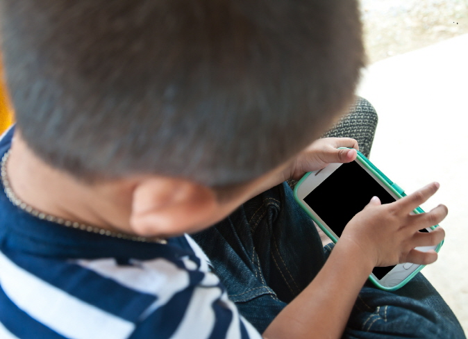 The Barun Research Center said children are more exposed to cartoons and entertainment apps than educational ones because parents give smartphones to children to avoid being distracted during work. (image: Korea Bizwire)