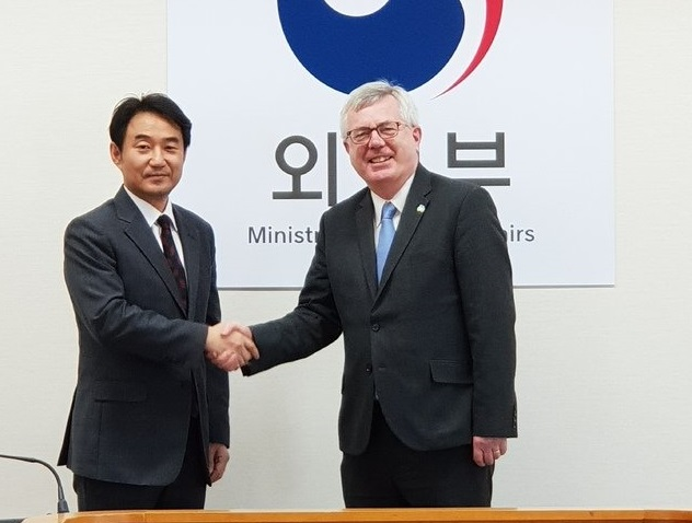 Foreign Ministry's Director-General for European Affairs Jung Ki-hong (L) and Irish Department of Foreign Affairs' Director of Asia Pacific Unit Tim Mawe (R). (image: Ministry of Foreign Affairs)