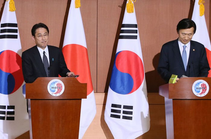 "Then-South Korean Foreign Minister Yun Byung-se (R) and Japan's Foreign Minister Fumio Kishida announcing a ""comfort women"" deal in Seoul on Dec. 28, 2015. (Yonhap)"