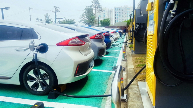 E-Mart Inc.'s electric vehicle charging station in Gangneung on South Korea's east coast. (image: E-Mart Inc.)