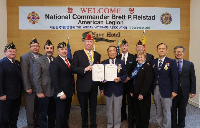 President of the Korean Veterans Association Kim Jin-ho awarded National Commander of the American Legion Brett P. Reistad and his delegation honorary membership in the Korean Veterans Association. (image: Korean Veterans Association)