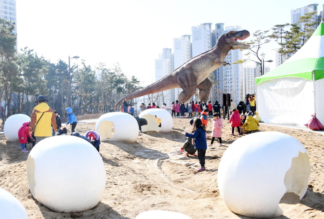 Four life-size models of dinosaurs including Tyrannosaurus, Brachiosaurus, Stegosaurus, and Spinosaurus were installed in the park. (image: Ulsan Jung District Office)