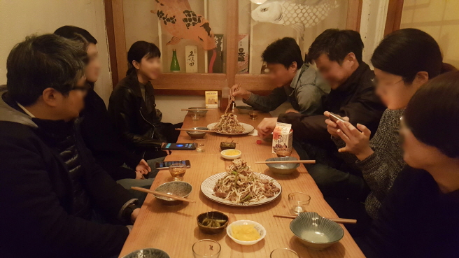 Considering the number of dining e-coupons sold last year, demand for dining out has shifted from families and couples to include workers as well. (image: Yonhap)