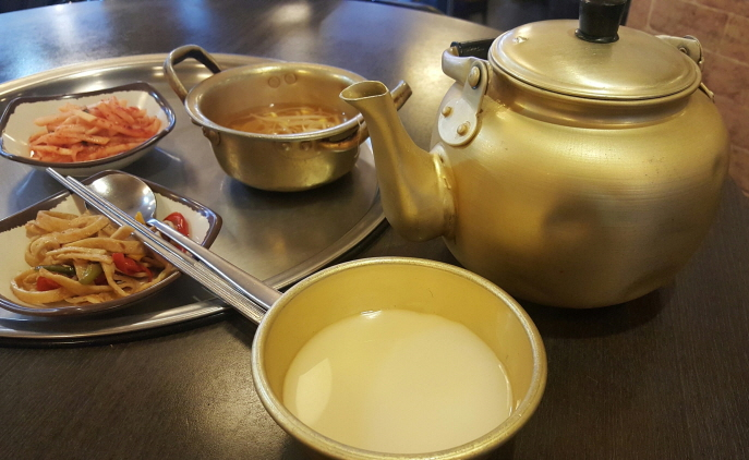 Makgeolli usually contains an alcohol content of six to seven percent but products with four to five percent have become popular among women and younger people in recent years. (image: Yonhap)