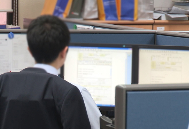 The polarization of jobs resulting in a decrease in the number of skilled workers is being pointed to as one of the major causes of the drop in economic participation among men. (image: Yonhap)