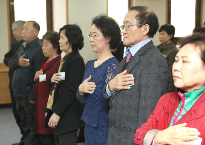 Descendants of Korean independence fighters saluting the national flag during a naturalization ceremony at the Gwacheon Government Complex, south of Seoul on April 9. (image: Yonhap)