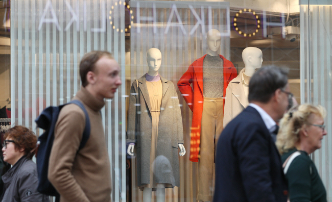 The nationality of foreign customers visiting department stores is also changing. (image: Yonhap)