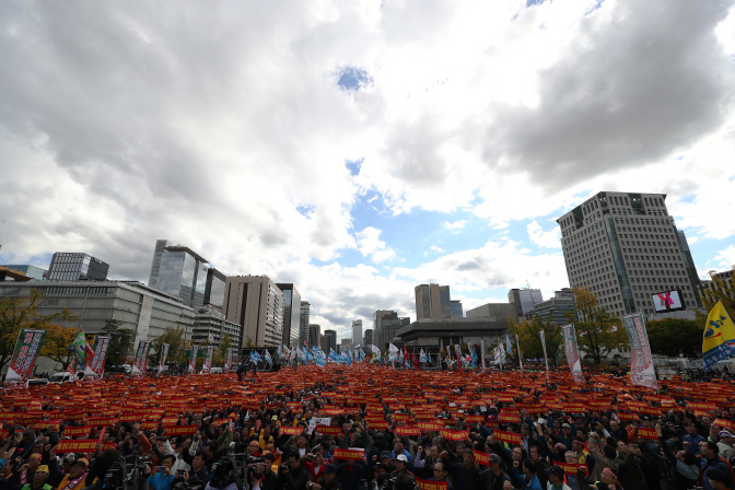Hundreds of thousands of taxi drivers holding a rally in central Seoul against Kakao's carpooling service on Oct. 18, 2018. (Yonhap)