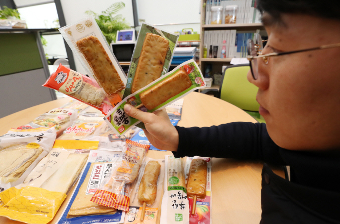 A researcher at the Korea Consumer Agency compares ingredients of fish cakes at the government complex in Sejong, central South Korea, on Dec. 3, 2018. (Yonhap)
