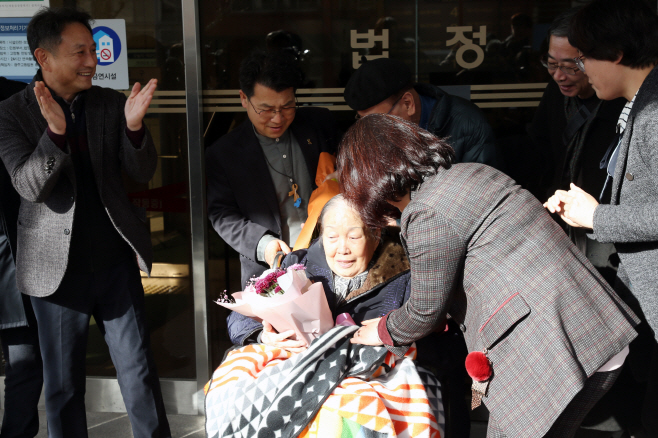 The Gwangju High Court upheld the lower court decision for three elderly defendants, including Kim Jae-rim (C), 88, and a victim's family member, ordering Mitsubishi to pay them 100 million-150 million won (US$89,670-134,500) each in damages. (Yonhap)