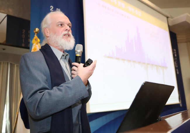 Mycle Schneider, the lead author and publisher of the World Nuclear Industry Status Report, briefs on the global nuclear industry during a press briefing held in Seoul on Dec. 6, 2018. (Yonhap)