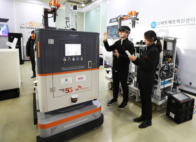 Researchers of SK Telecom Co., South Korea's top mobile carrier, demonstrate a robot at the smart manufacturing innovation center in Ansan, south of Seoul, on Dec. 20, 2018. (Yonhap)