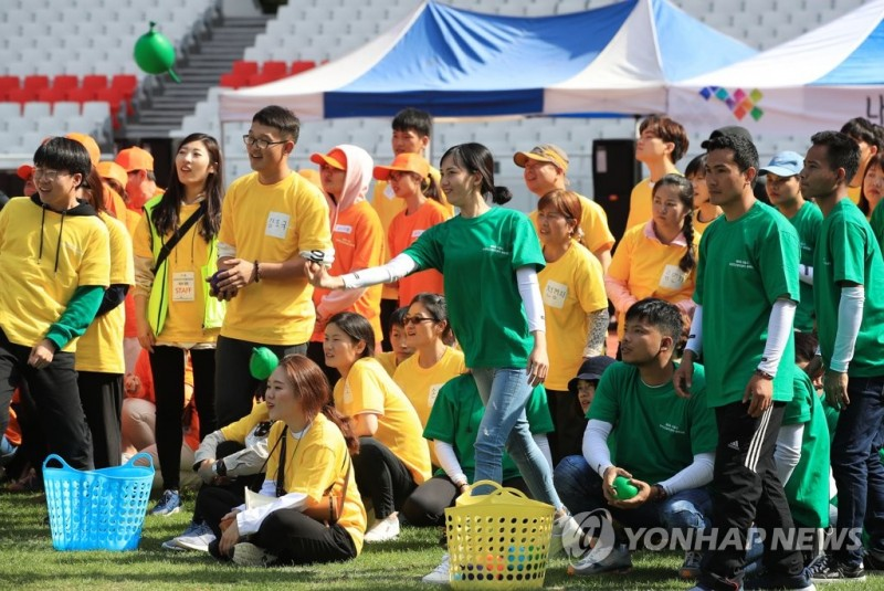 The report suggested that stereotypes about gender roles among international couples are much stronger than those of Korean couples. (image: Yonhap)
