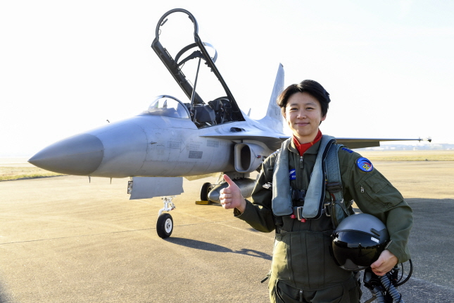 Capt. Jung Da-jung poses for a photo in front of an FA-50 fighter at an Air Force base in Sacheon, 440 kilometers south of Seoul. (image: Air Force)