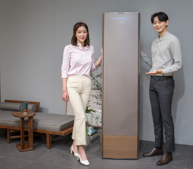 Models present Samsung Electronics Co.'s wind-free air conditioners for 2019 during a media event held at the company's R&D campus in Seoul on Jan. 17, 2019. (image: Samsung Electronics Co.)