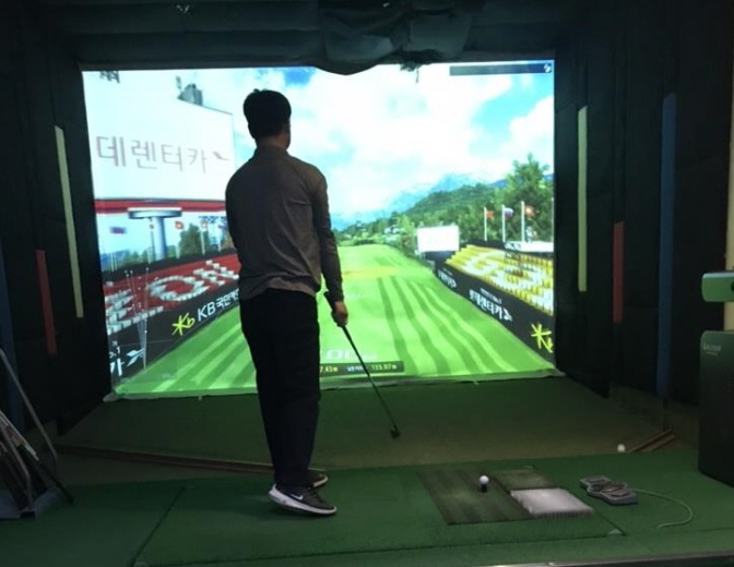 An indoor screen golf facility located in the financial district of Yeouido in western Seoul. (Yonhap)