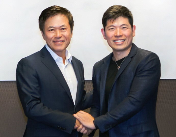 Park Jung-ho (L), CEO of South Korea's top mobile carrier SK Telecom, shakes hands with Anthony Tan, founder and CEO of Southeast Asia's No. 1 ride-hailing app, Grab. They signed an agreement to establish a joint venture during a ceremony held at SKT's headquarters in Seoul on Jan. 30, 2019. (image: SK Telecom)