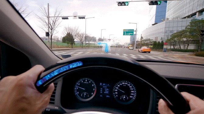 The ATC technology used in Hyundai's 'Silent Taxi' visualizes the sound information essential for the driver through the creations of algorithms. The algorithms are then sent to a Heads-up Display (HUD) which sends out vibrations and illuminates the steering wheel in different stages.(image: Hyundai Motor Group)