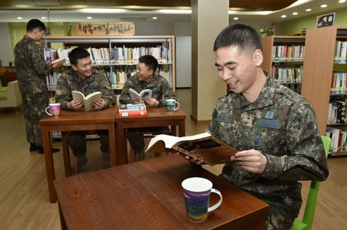 S. Korean Airmen Hold Book Marathon