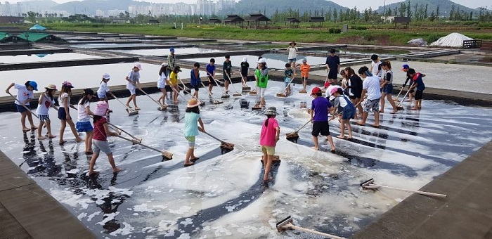 From the small experience center, the city produces 40 tons of salt annually through civic experience activities. (image: Siheung)