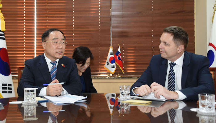 Hong Nam-ki, the minister of economy and finance, meets with his Slovak counterpart Peter Kazimir in Seoul. (image: Ministry of Economy and Finance)