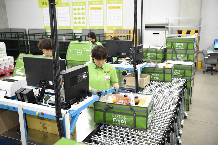Delivering fresh goods has become part of everyday lives of citizens. (image: Lotte Mart)