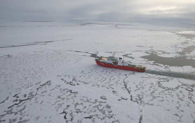 Using the icebreaking vessel Araon, the research team measured the flow rate and changing salinity according to the depth of water over two years in the sea around the Getz ice shelf. (Yonhap)