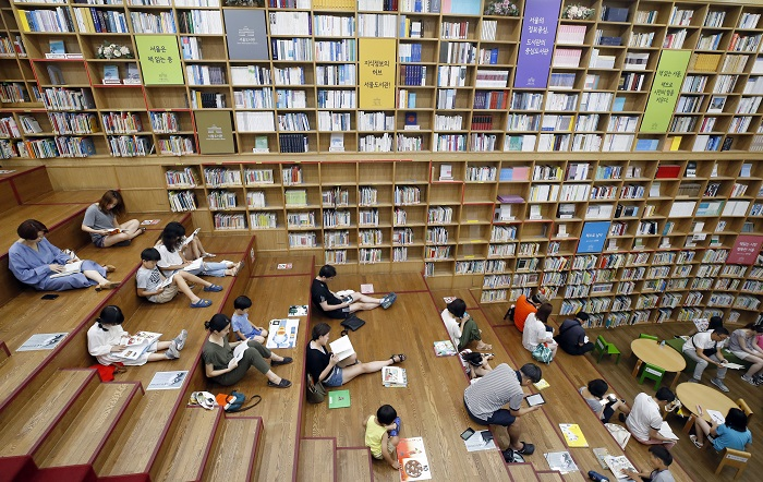 Among the top 500 most popular library books, 74.8 percent were literature, followed by social sciences (7 percent), natural sciences (6 percent), and philosophy (2.6 percent). (image: Yonhap)