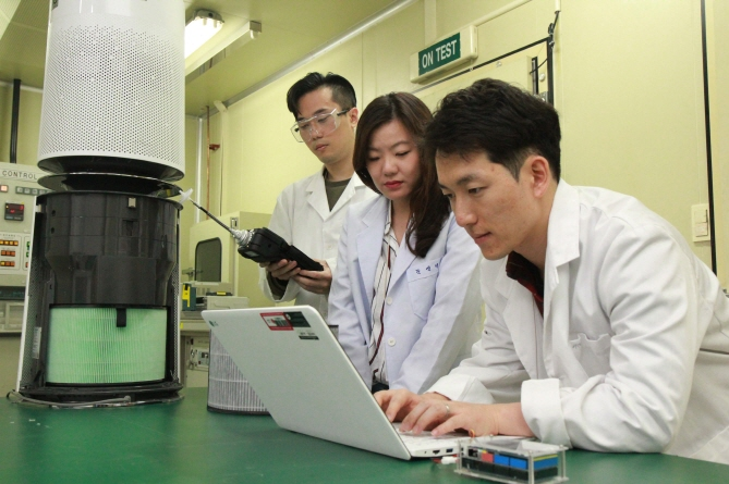 Researchers working on a project at the LG Electronics Co.'s new air research center that opened in Seoul on October 2018. (image:LG Electronics Co.)