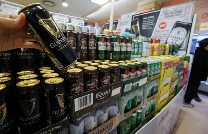 The drink-alone culture sweeping through South Korea in recent years has reportedly led to the popularity of unique beer products. (image: Yonhap)