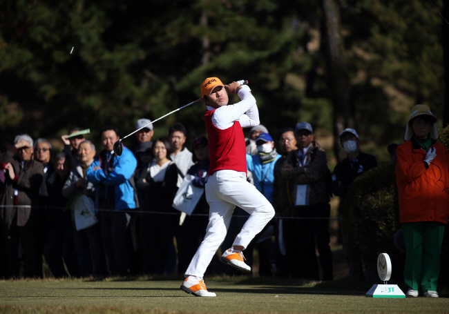South Korean golfer Choi Ho-sung after a tee shot at the fourth hole during the second round of the Golf Nippon Series JT Cup tournament at Tokyo Yomiuri Country Club in Tokyo on Nov. 30, 2018. (image: Korea PGA)