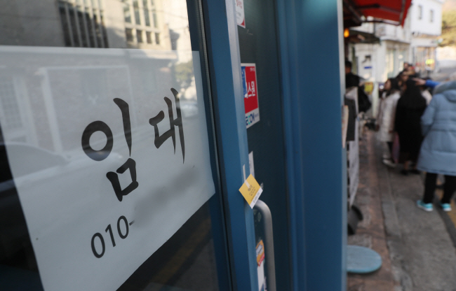 """A """"for rent"""" sign on the door of a store in Seoul (Yonhap)"""