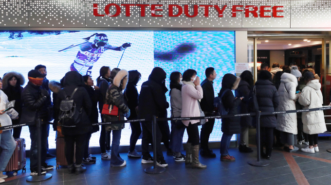 Industry watchers said small-scale Chinese vendors who sell their duty-free purchases, such as cosmetic products, to consumers back home, have been driving duty-free sales and replacing package tourists. (image: Yonhap)
