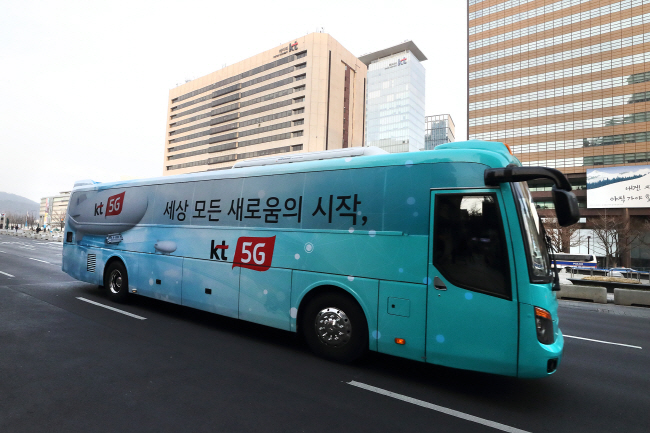 A fifth-generation (5G) mobile network-based bus operating in central Seoul. (image: KT Corp.)