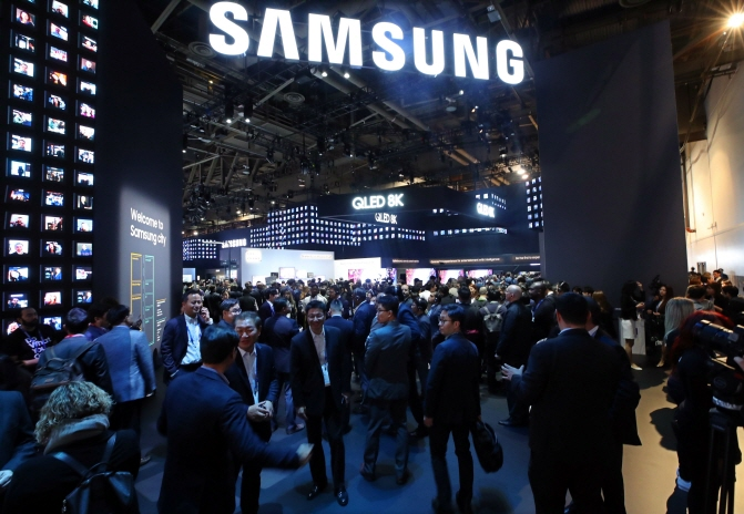 Samsung Electronics Co.'s exhibition booth is crowded with visitors during the Consumer Electronics Show in Las Vegas on Jan. 9, 2019. (Yonhap)
