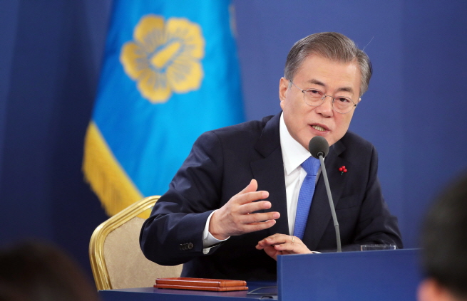 President Moon Jae-in answering questions from reporters at a new year press conference at his office Cheong Wa Dae. (Yonhap)