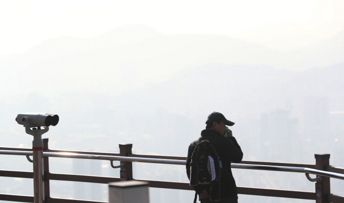 """In South Korea, the monthly average level of PM2.5 reached the """"bad"""" level last month as air pollution worsened due to the onslaught of extraordinarily heavy levels of choking fine dust. (image: Yonhap)"""