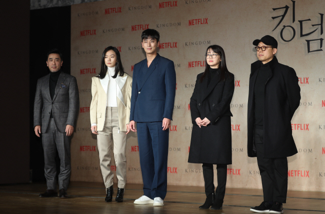 "Actor Ryu Seung-ryong, actress Bae Doo-na, actor Ju Ji-hoon, screenwriter Kim Eun-hee and director Kim Seong-hun (from L) pose for photos during a press conference on Jan. 21, 2019, held to announce the release of the first Korean edition of the Netflix Original series ""Kingdom."" (Yonhap)"