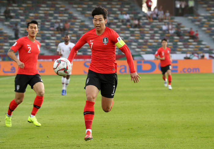 Son Heung-min of South Korea (C) chases down a loose ball in the quarterfinals match against Qatar at the Asian Football Confederation (AFC) Asian Cup at Zayed Sports City Stadium in Abu Dhabi on Jan. 25, 2019. (Image: Yonhap)