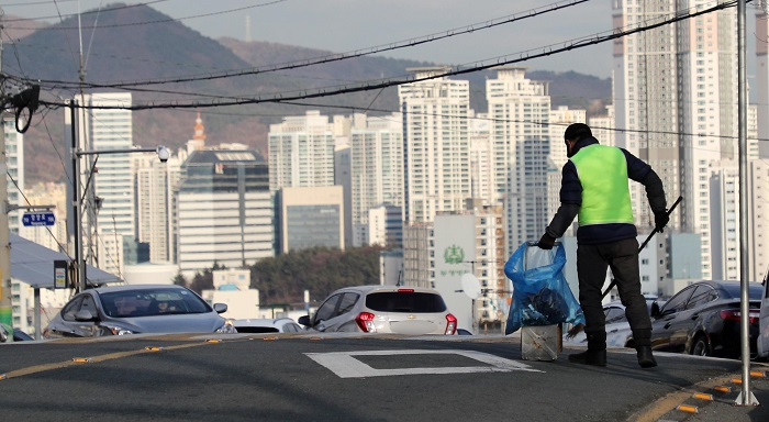 Pyeongchang-gun changed the working hours to between 9 a.m. and 6 p.m. to improve the working environment for street cleaners. (image: Yonhap)
