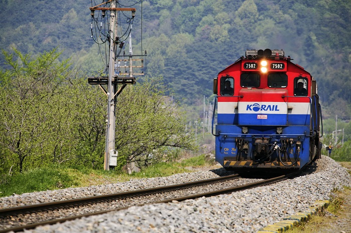 Normally, diesel powered locomotives operate in remote areas with poor supply and demand for electricity.(image: Korea Bizwire)