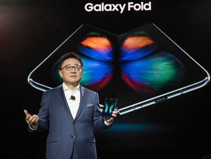 DJ Koh, head of Samsung's IT & Mobile Communications Division, unveils foldable smartphone Galaxy Fold during an Unpacked event in San Francisco on Feb. 20, 2019 (local time). (image: Samsung Electronics)