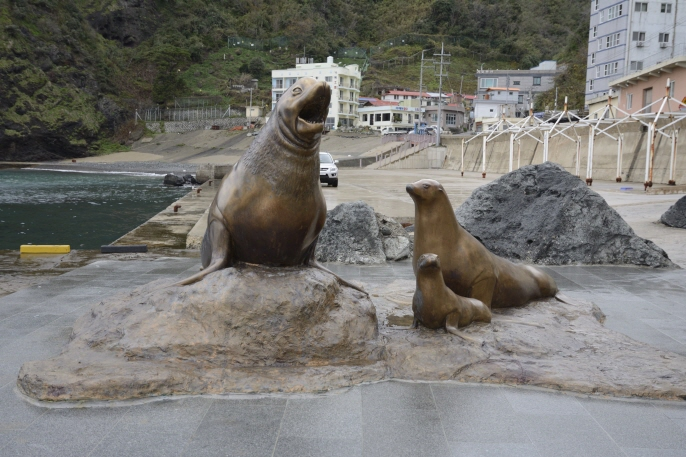 The statutes of sea lions located on Ulleung Island, which sits 270 kilometers from South Korea's southeast industrial city of Pohang. (image: Ministry of Oceans and Fisheries)