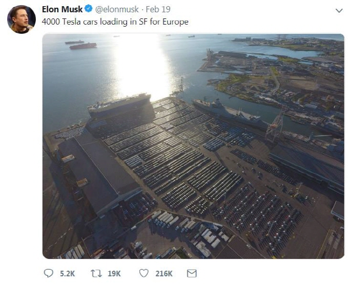 The captured image from the Twitter account of Elon Musk, CEO of U.S. carmaker Tesla Motors Inc., shows the company's electric vehicles being loaded onto a transport ship by Hyundai Glovis Co., a logistics unit of South Korean auto giant Hyundai Motor Group. (Yonhap)
