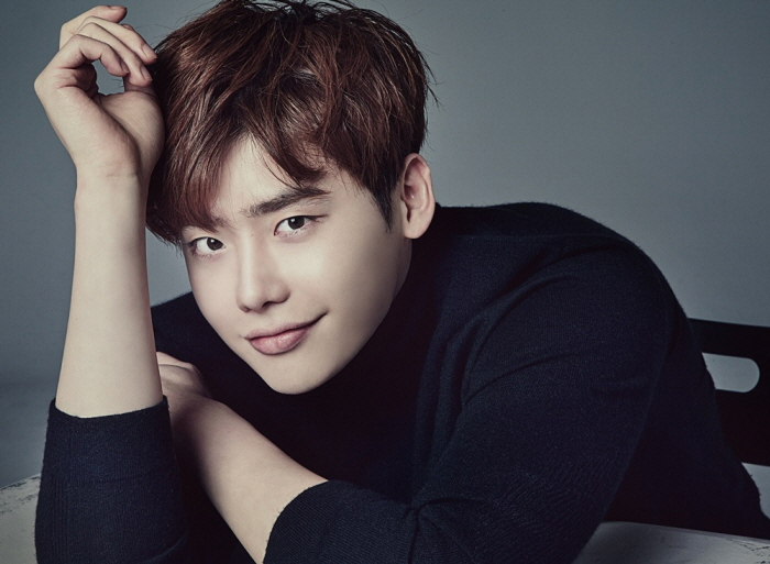 Actor Lee Jong-suk to Enlist in Army Next Month